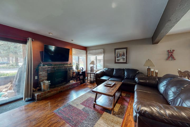 Snug dog-friendly house in downtown Mammoth Lakes w/shared pool & hot tub