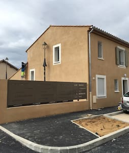 Chambre dans villa proche Aix - La Tour-d'Aigues - House