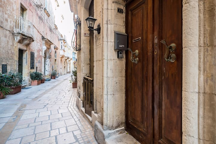 Traditional 1 bed townhouse in the heart of birgu