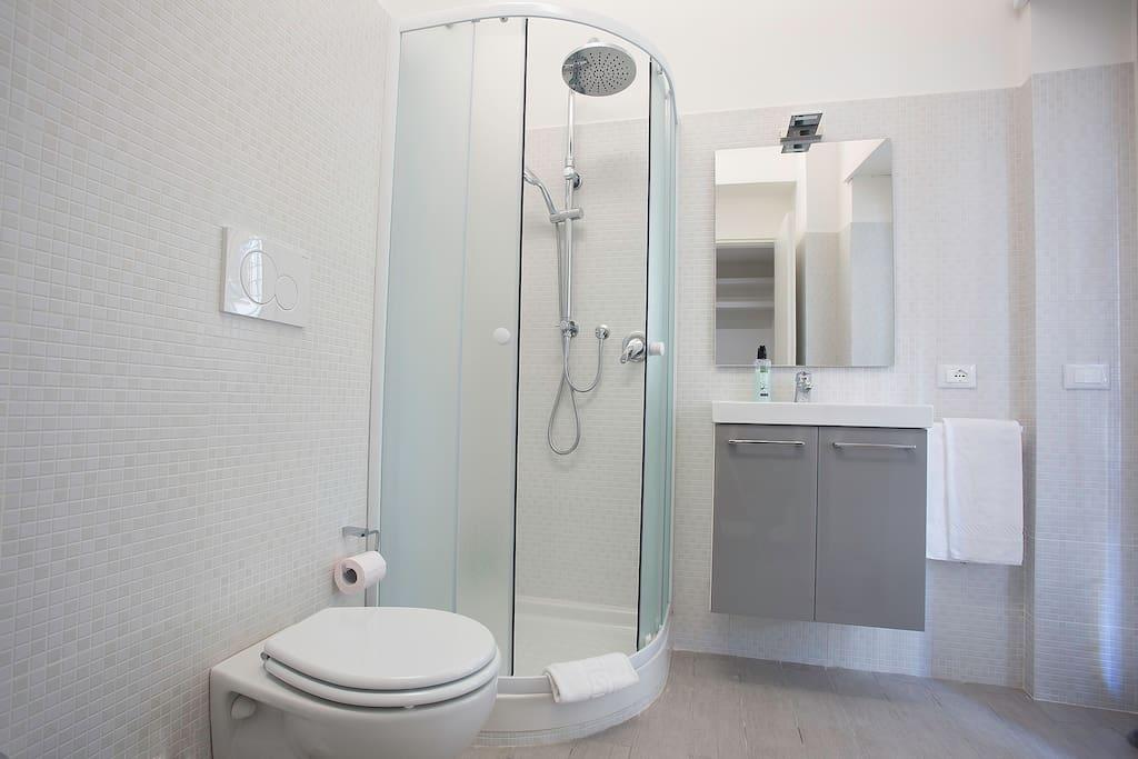 Bagno in camera completo di tutti i sanitari, asciugamani e phone.