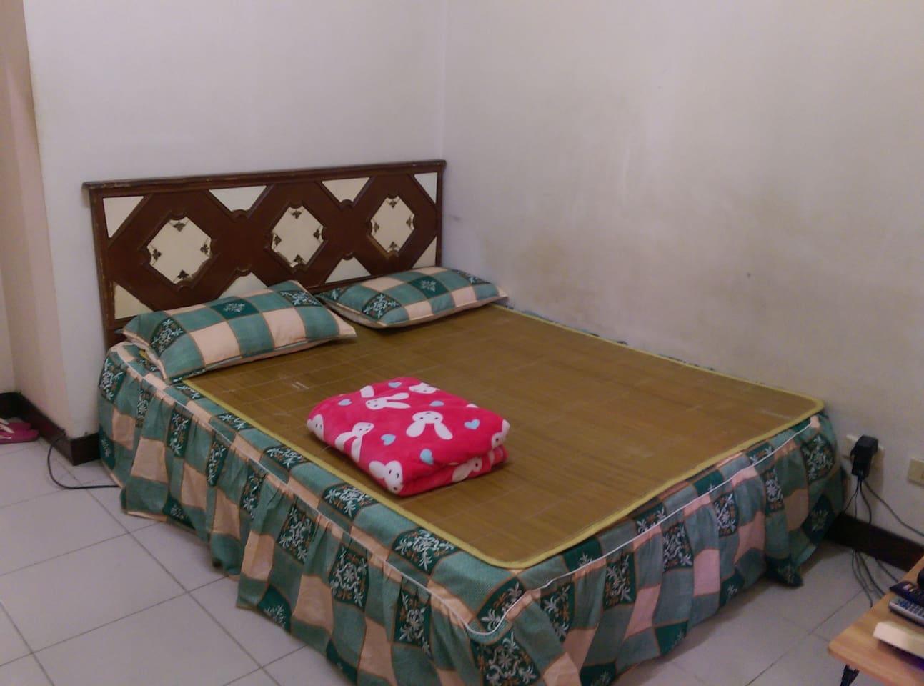 雙人床。照片中的草蓆已壞掉,僅供參考,房東不一定會鋪上,看房客如有需要可告知房東鋪上 。