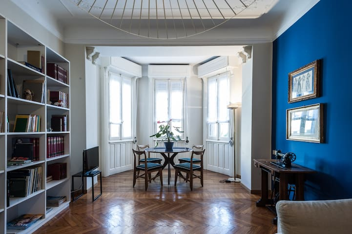 il grande soggiorno con il bellissimo bow-window dal quale entra luce tutto il giorno