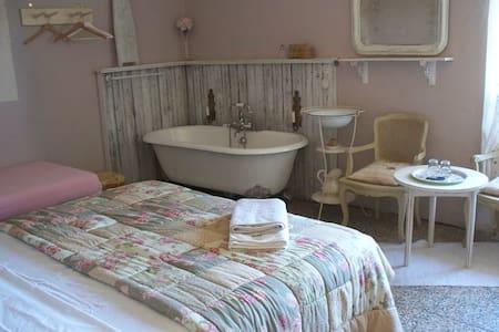 Liebevoll eingerichtete Zimmer - Cesio - Bed & Breakfast