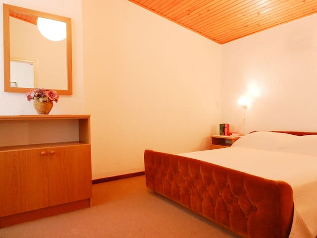 Comfortable bedroom with a Queen size bed 160cm x 200cm (60in x 80in). ヅ