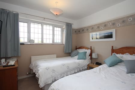 Lovely cosy twin room. - Taunton