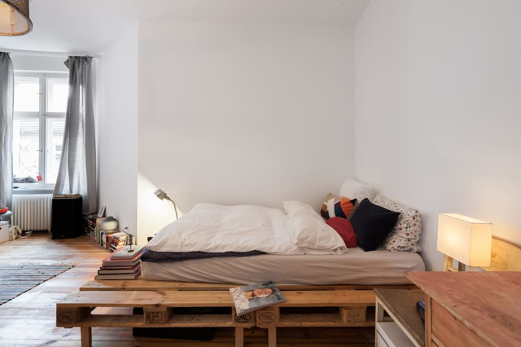 A huge and super cozy bed with 2 blankes and pillows