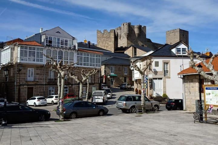 Castro Caldelas, plaza y castillo, foto 1