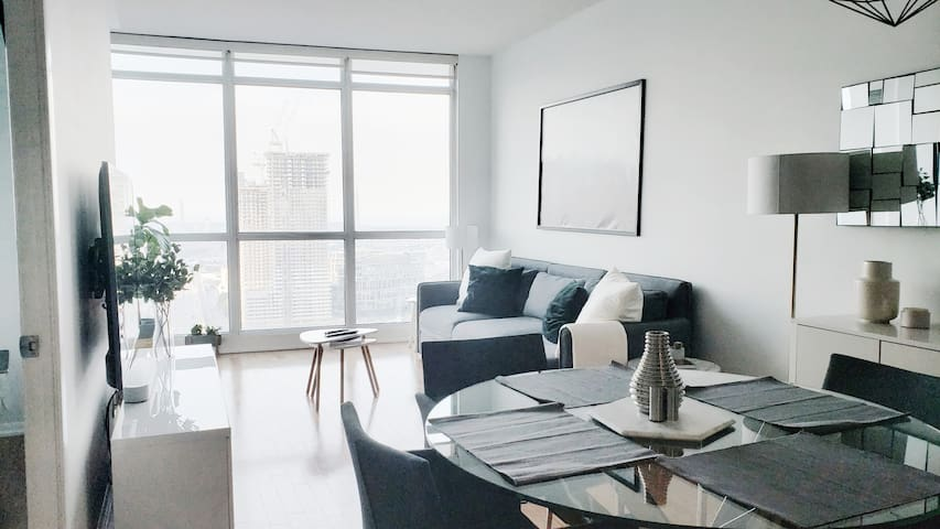 Lux Downtown Condo, sunrise views, fast wifi, ACC!