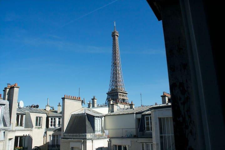 Studette proche Tour Eiffel avec vue