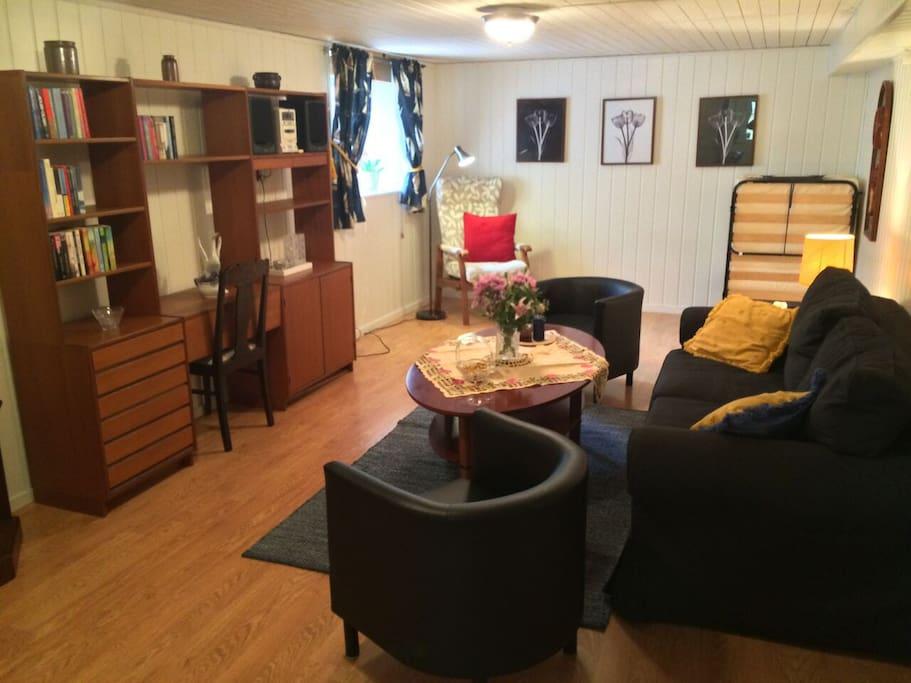 Härligt vardagsrum med bäddsoffa samt möjlighet till två extrasängar