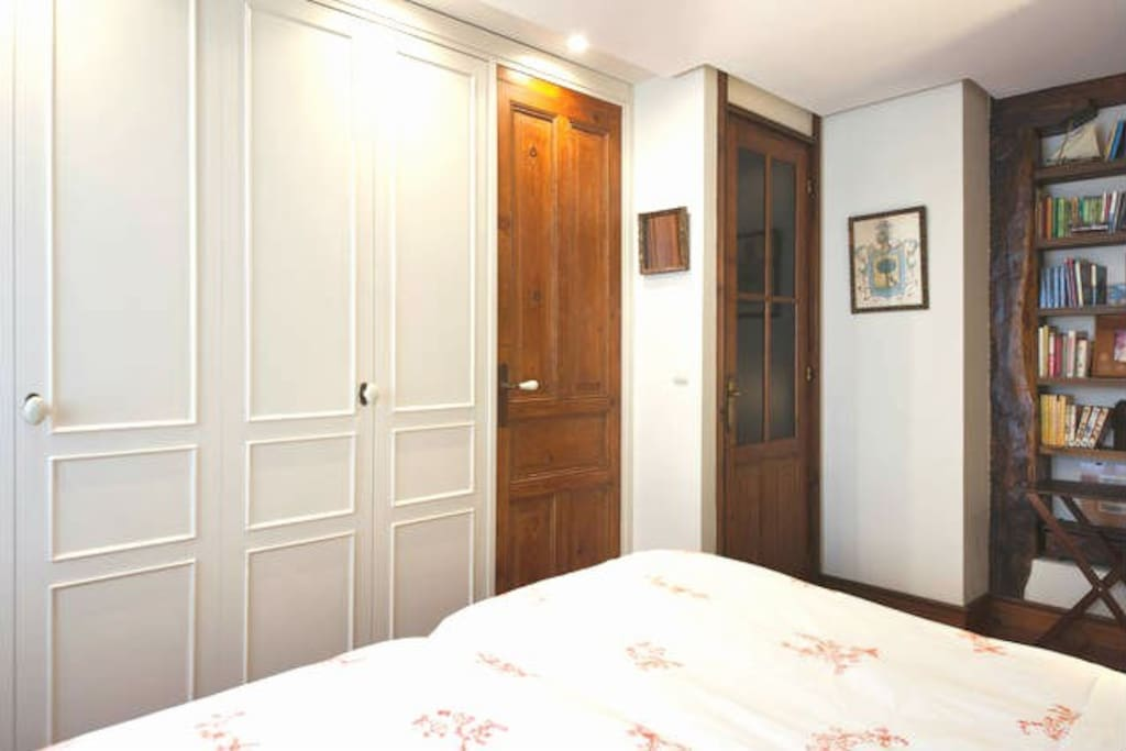 Dormitorio con armarios y cómoda de 6 cajones.