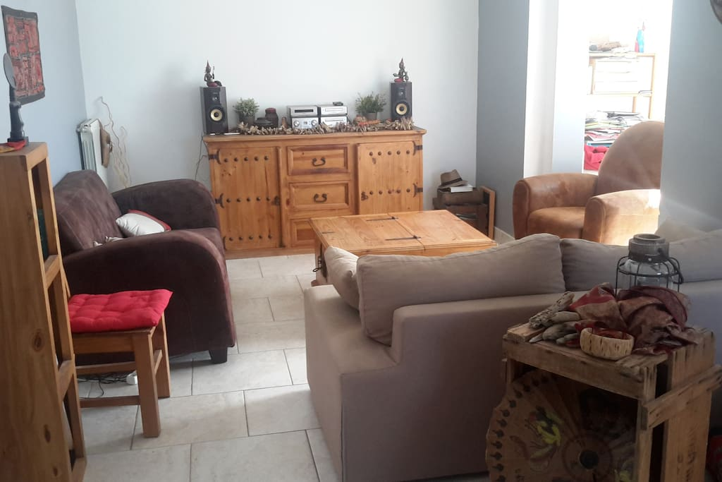 Le salon et ses canapés et fauteuil tout confort