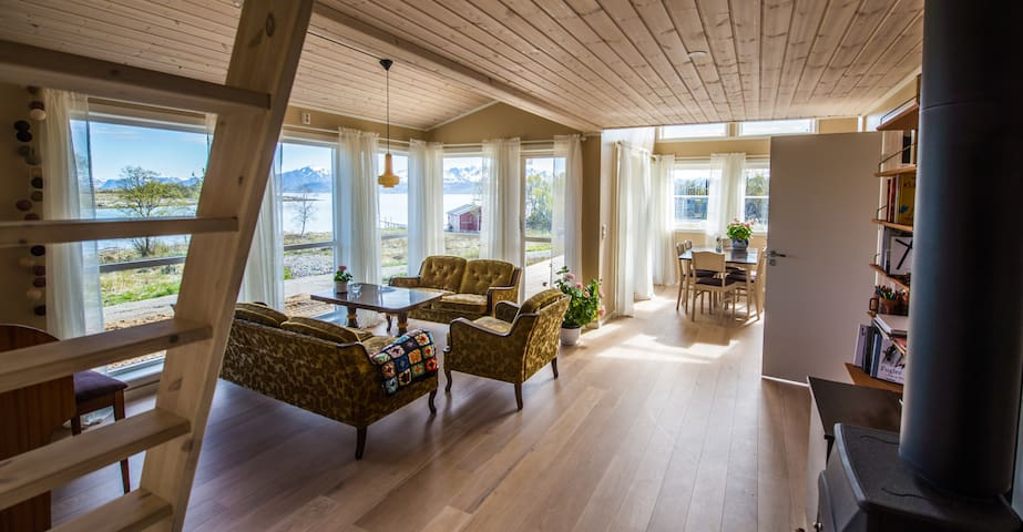 House by the sea, secluded beach - Stokmarknes