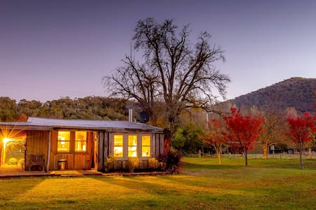 Luxurious Miners Cottage Riverdowns - Howqua