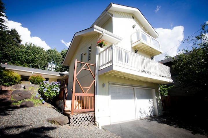 Bright and Spacious Townhouse Near Downtown!
