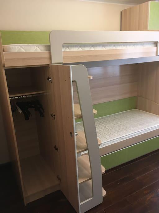 рядом с кроватью есть небольшой шкафчик
