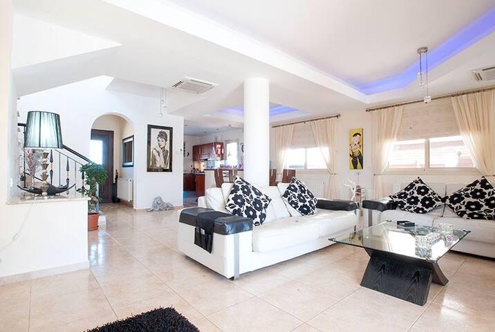 Luxury 3 bed villa - Private Pool in FAB location! - Paphos - Villa