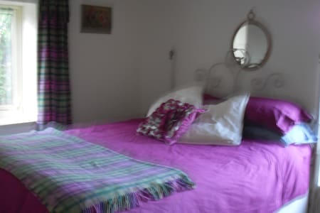 Cosy cottage 1/2 mile from Tain - Bed & Breakfast