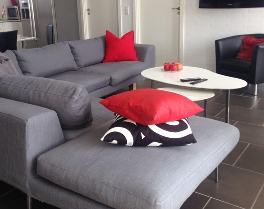 Stue med stor sofagruppe