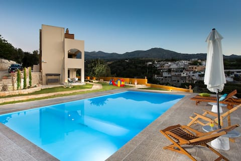 Vilă de lux Rosso Karrubo cu piscină enormă!