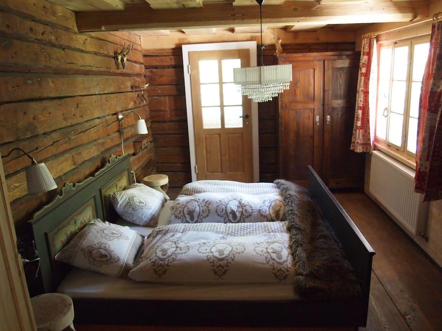 2pers. slaapkamer in Oostenrijkse stijl, in appartement Almhof.