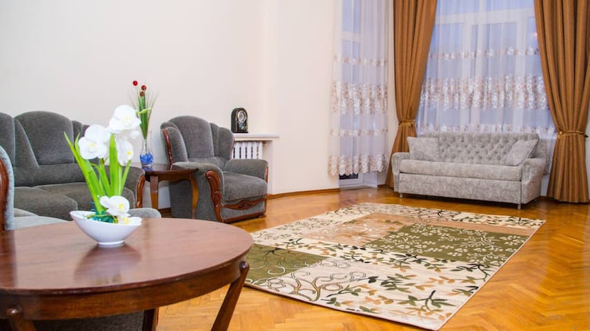 Two bedroom apartment Khreshatyk Passage