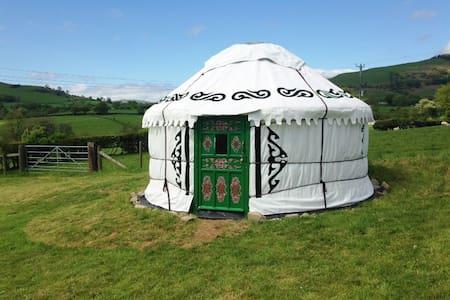 Yurt Iris with real beds, power, light, heat, WiFi - Llansilin - Rundzelt