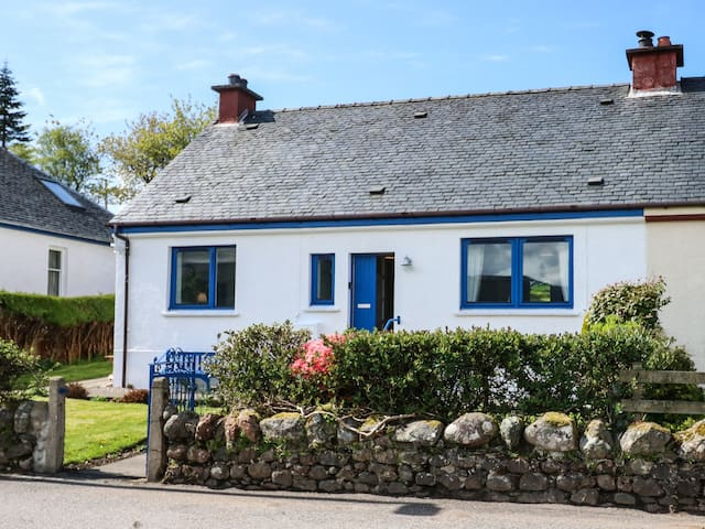 MARY'S COTTAGE, pet friendly, with open fire in Ardgour, Ref 977989