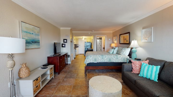SB142: Efficiency Condo in Town, Near Beach, Shared Pool & Hot Tub