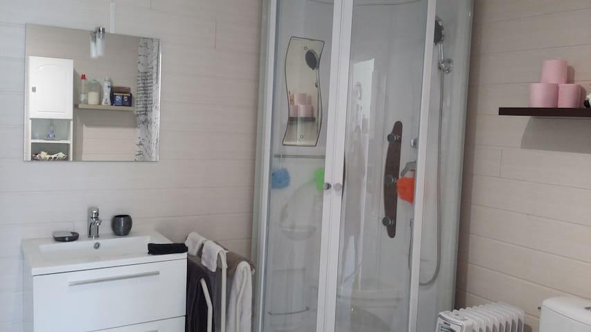 salle d'eau avec wc + lave linge, sèche linge, réfrigérateur/congélateur