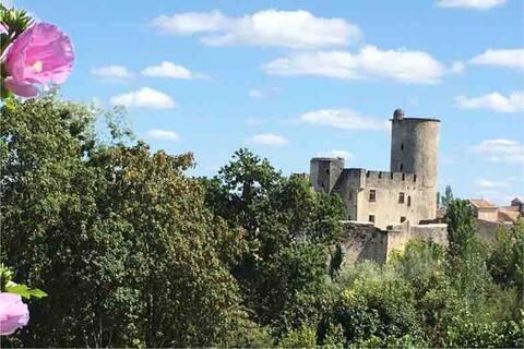 Chambre avec accès privé, face château médiéval