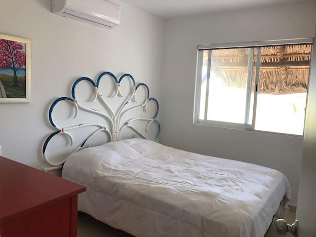 Habitación con vista a la marina y la bahía con cama matrimonial y cómoda