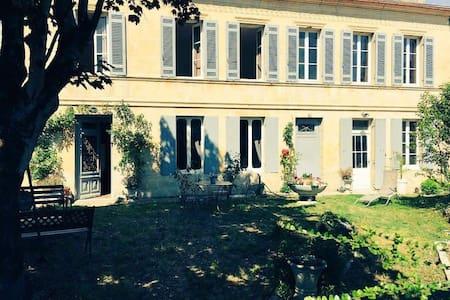 Chambres au coeur de Plassac (33) - Rumah