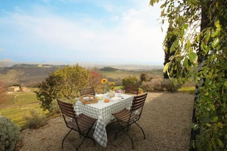 Independent Classic Hut House with private garden and small veranda! This Tuscan Hut is setting in a real stone farmhouse composed of only three apartments and located up of a small hill near to San Gimignano. Breathtaking View, WiFi, Panoramic Pool!
