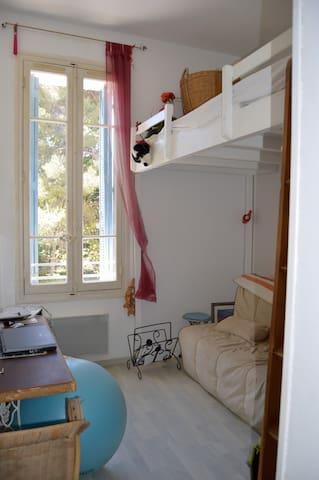 chambre 2 canapé lit et TV