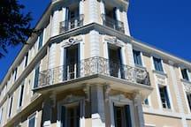 Vue façade et balcon extérieur