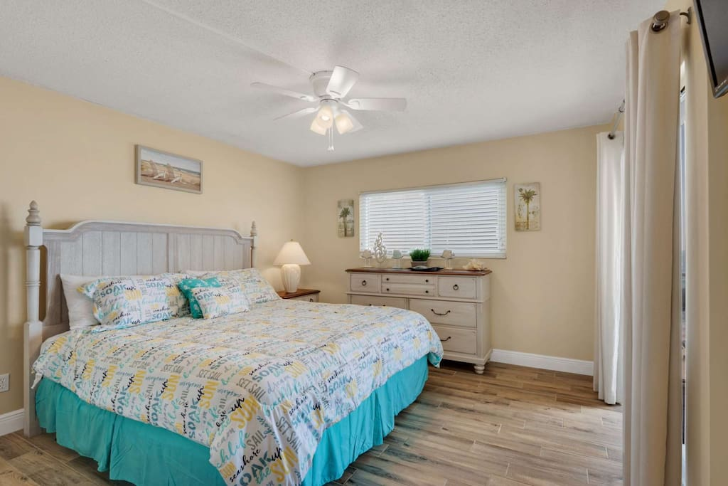 Master with a king sized bed! Direct access to the balcony.