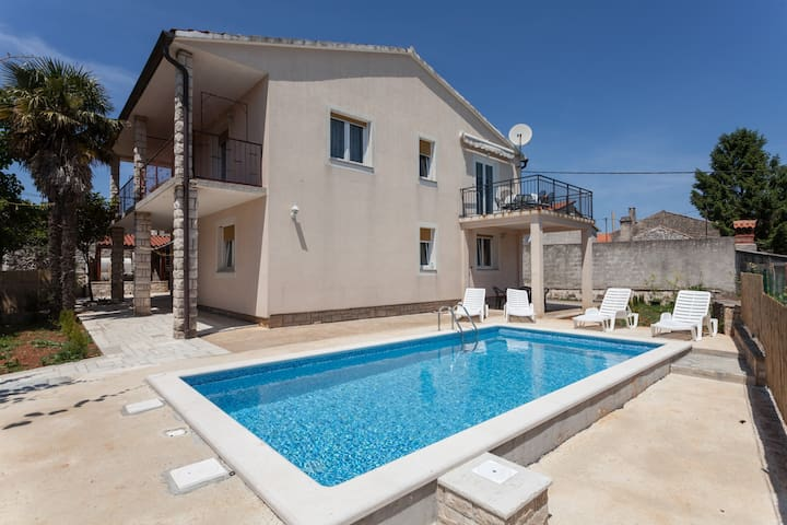 Apartment with swimming pool - Peruški - Byt