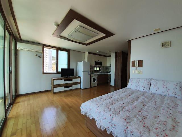 아파트 전체.침대 한개.바다가 한 눈에 보이는 거제도 장승포 온누리빌입니다.(1103호)