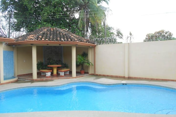 Central place.COCO BEACH.Guest house..Wifi .Pool - Del Coco Beach - Flat