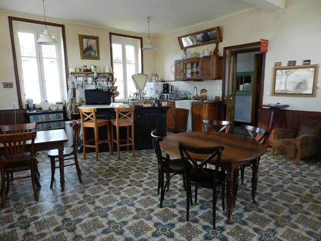 Chambre rez de chaussée dans un ancien hôtel 1900