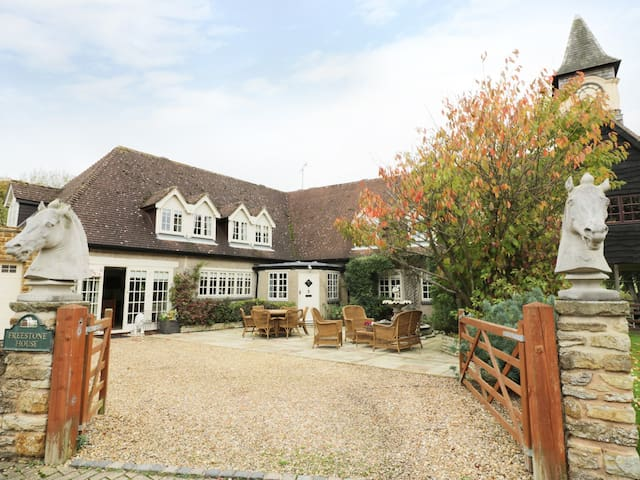 FREESTONE HOUSE, pet friendly in Ashby St Ledgers, Ref 968075