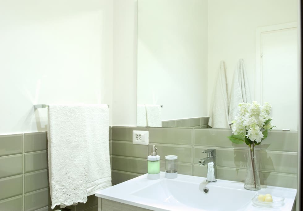 bagno privato in camera con doccia.