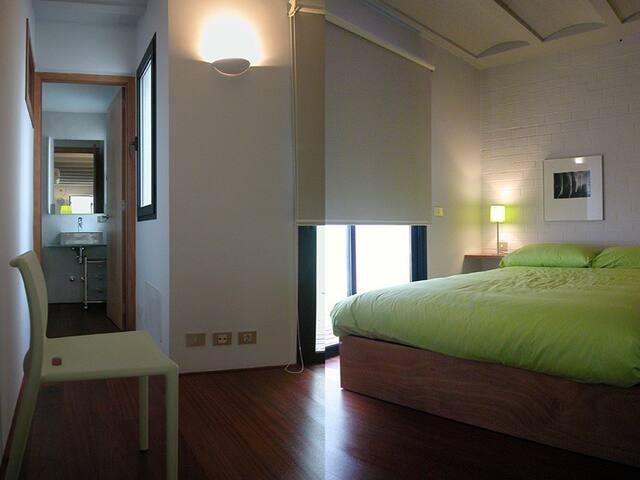 zona dormitorio con acceso a baño y terraza