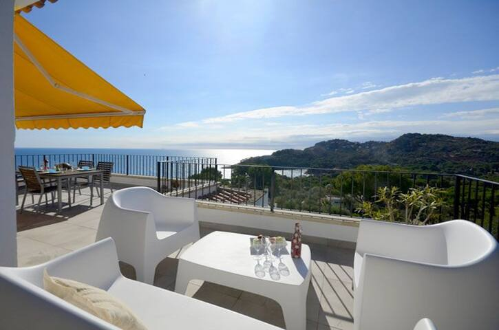 A charming apartment with stunning sea views, situated 800 mtrs. from  Platja Fonda beach. - Begur - Flat