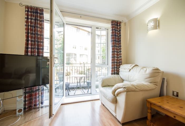 Spacious 2 bed flat with Canal View and parking