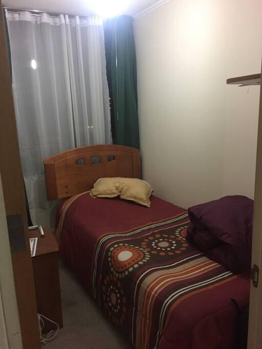 Dormitorio con cama de una plaza