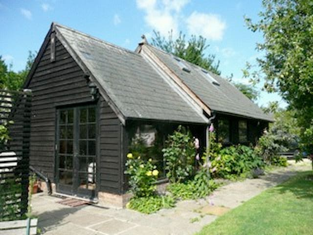 A Self Contained Converted Barn - Abington Pigotts - 家庭式旅館