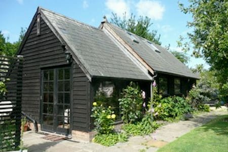 A Self Contained Converted Barn - Abington Pigotts