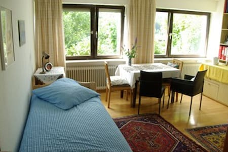 Bright spacious room, forest view - Aamiaismajoitus
